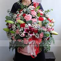 flower box mawar, bunga valentine, buket bunga dan cokelat, handbouquet ferrero rocher, toko bunga valentine, bunga rose merah dan cokelat, florist jakarta barat, toko bunga grogol