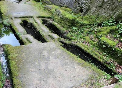 Tumbas antropomórficas en el monasterio más antiguo de Galicia y uno de los pocos monasterios de España excavado en  una roca, monasterio de San Pedro de Roca en la Ribera Sacra