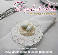 Venta-Recuerdos de boda con almendras blancas como huevo de codorniz con almendras en colores de venta en guatemala.