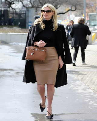 outfit de invierno con falda lápiz beige