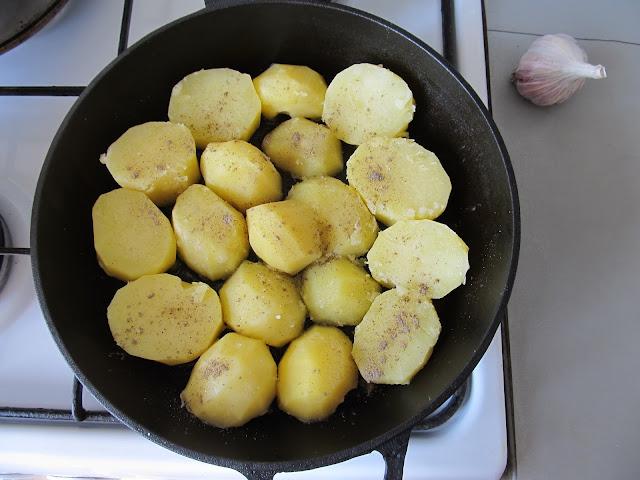 Форму або деко поливаємо олією та викладаємо в один шар картоплю