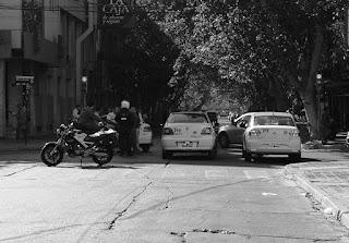 """La policía de San Juan, con estrictas órdenes del Gobierno Provincial llamó a los remiseros y taxistas que se manifestaron durante el jueves, ocasionando caos vehicular en el microcentro capitalino, con el objetivo de """"coordinar futuras acciones""""."""
