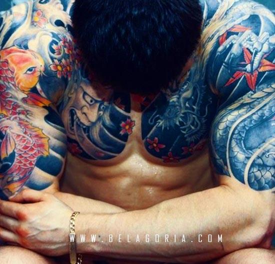 Vemos atleta con brazos llenos de tatuajes de carpas