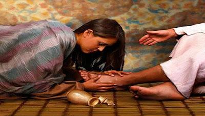 imagem de uma mulher beijando os pés de Jesus