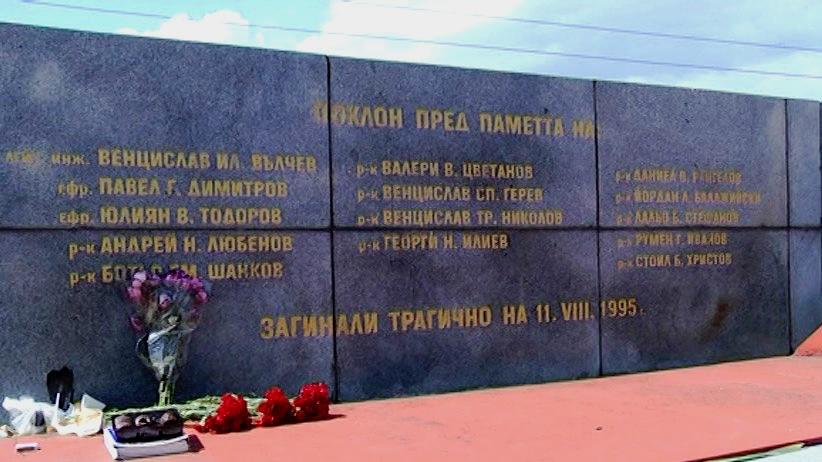 Резултат с изображение за в София катастрофира камион, в който изгарят 14 войници