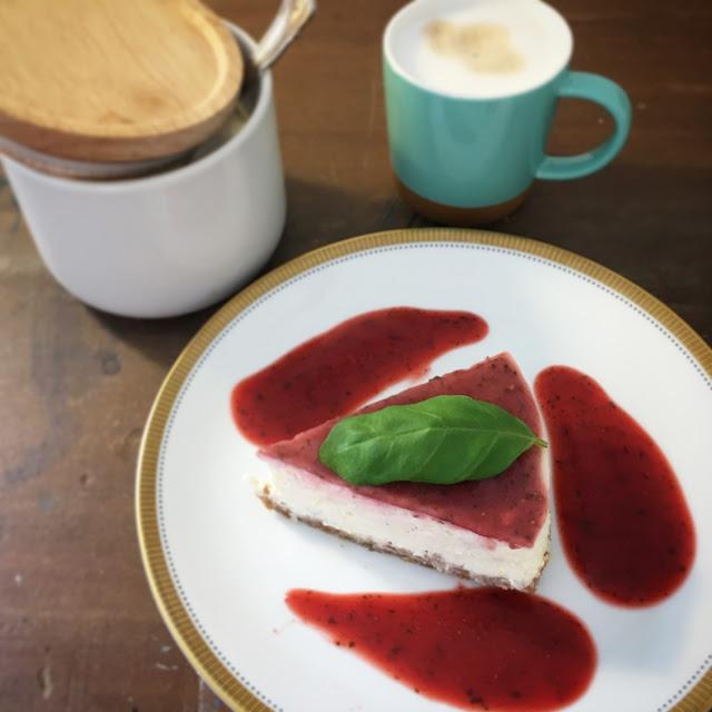 Tonkabohnen-Cheesecake mit Erdbeeren und Basilikum
