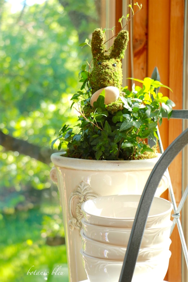 easy-to-make-ivy-topiary-centerpiece