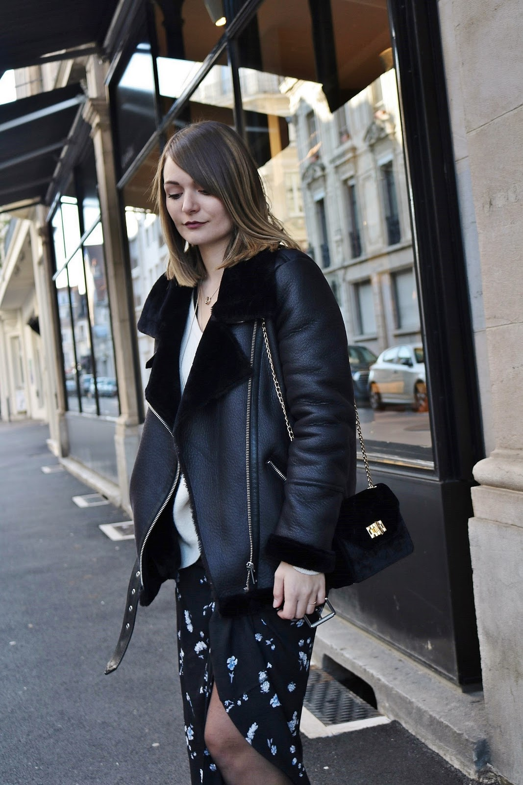 pauline-dress-blog-mode-deco-lifestyle-besancon-doubs-fille-franche-comte-bombardier-look-ootd-tenue-noir-pimkie-jupe-robe-longue-fleurie-sac-velours-pull-loose-cosy-col-v