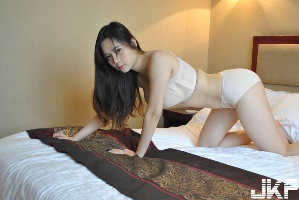 cewek cantik bugil di kamar tidur   payudara toket gede
