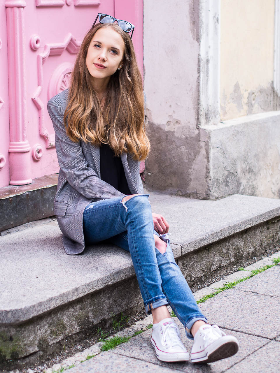 fashion-blogger-style-inspiration-tallinn-pink-door