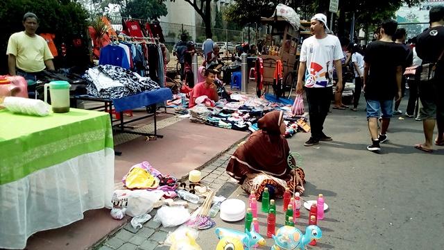 Suasana pedagang di pawai obor asian para games