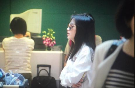 Ju JingYi SNH48 Airport HongQiao.png