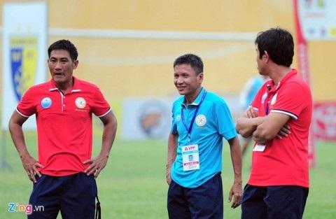 HLV Võ Đình Tân (áo xanh) người đã mở ra cánh cửa mới cho sự nghiệp của thủ môn Nguyễn Tuấn Mạnh