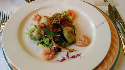 ensalada de alcachofa confitada con crocanti de jamón ibérico y colitas de gamba