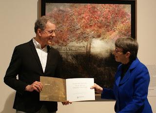 Watergraaf Stefan Kuks overhandigt het eerste exemplaar van de publicatie 'Zuidoost Drenthe door de ogen van Vincent Van Gogh' aan de Commissaris van de Koning in Drenthe, mevrouw Jetta Klijnsma