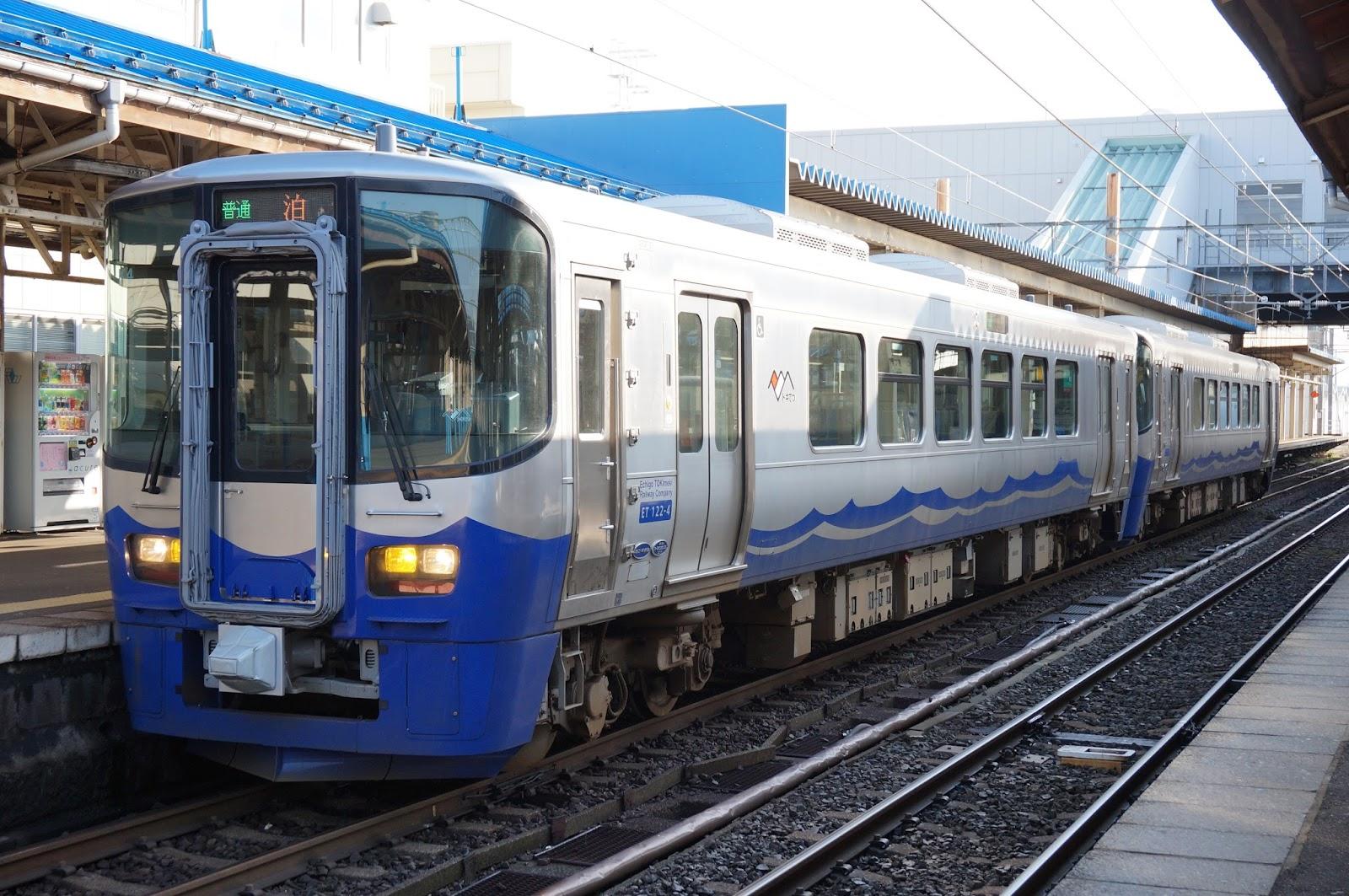 直江津駅に停車中のえちごトキめき鉄道ET122形