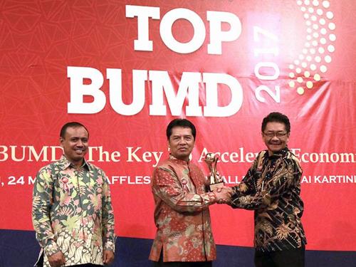 Dadang Naser Raih Penghargaan TOP BUMD 2017