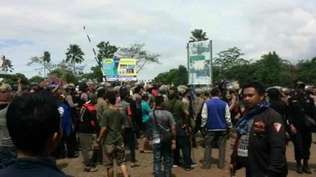 Dikepung Warga, Pelaku Diduga Perusakan Mushola Diamankan Polisi Pakai Baracuda