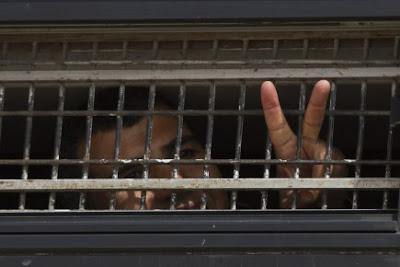 « Israël » aboie : les prisonniers palestiniens sont debout ( Fadwa Nassar ) dans - DROIT a2