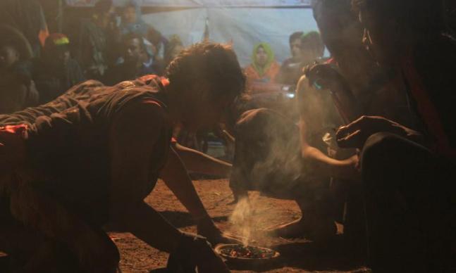 "Indikatormalang.com- Kuliah Kerja Nyata (KKN) Universitas Muhammadiyah Malang (UMM) gelar Bantengan saat malam penutupan KKN meraka di  Desa Plaosan, Kecamatan Wonosari, Kabupaten Malang Rabu malam (23/8/17).  Adanya budaya bantengan dalam acara penutupan KKN tersebut menurut Muhammad Khasbullah Selaku Devisi Sosial dan Budaya adalah tidak lain untuk melestarikan budaya lokal yang ada.  ""Desa Plaosan sangat unik, selain itu memiliki budaya yang wajib kita jaga dan juga anak-anak muda disini harus mulai mengenalnya""  ungkap Khasbullah.  ""Kami ingin ikut serta melestarikan budaya bantengan ini"" sambungnya.  Tidak hanya itu masyarakat juga diajak untuk terus menjaga serta memperkenalkan kebudayaan yang ada di Desa Plaosan.  ""Tidak semua anak muda memiliki simpati terhadap budaya yang ada maka kami ingin mengajak warga untuk terus menjaga dan mengalkan budaya bantengan ini"" tegas Iksan Perdana Koordinator desa KKN kelompok 109 tersebut."