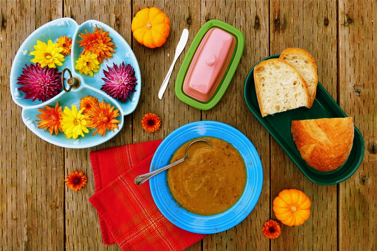 pumpkin soup, roasted pumpkin soup, soup, autumn soup, pumpkin pie spice, Fiestaware, Fiestaware peacock, Fiestaware shamrock, vintage bowl