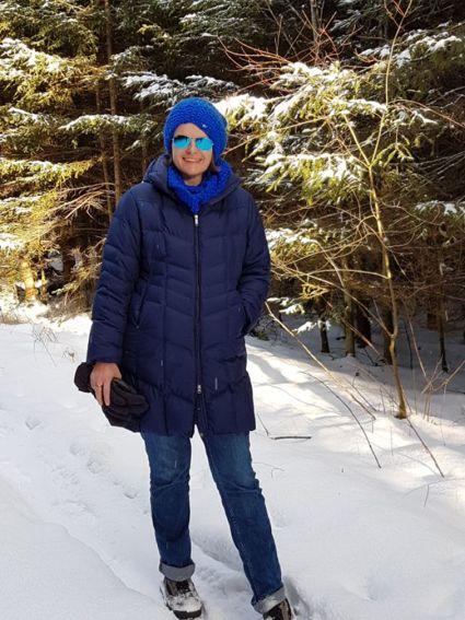 Spaziergang im verschneiten Winterwonder-Wald