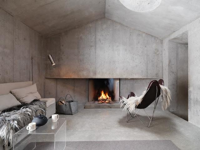 гостиная с камином в стиле минимализм в бетонном доме