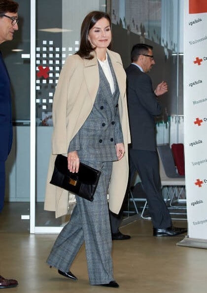 Queen Letizia wore Massimo Dutti slim fit checked wool blazer. Massimo Dutti 2018-19AW collection. Hugo Boss clutch
