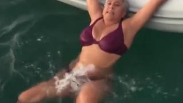 Cette femme montre une manière simple et sans effort d'entrer dans un obscène si vous êtes coincé dans l'eau.