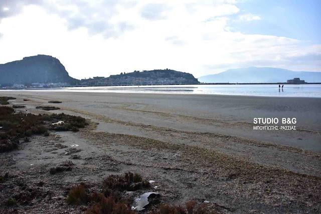 Εντυπωσιακή άμπωτη στο Ναύπλιο αποκάλυψε μια νέα παραλία (βίντεο)