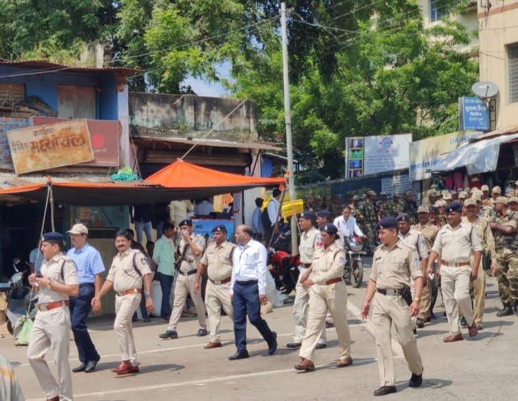 कलेक्टर एवं एसपी के नेतृत्व में पुलिस बल ने झाबुआ में किया फ्लैग मार्च