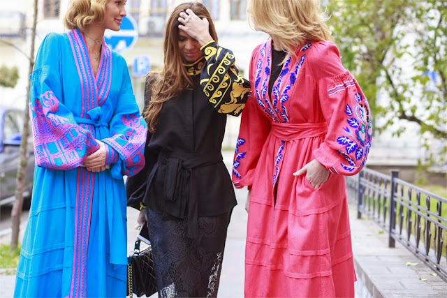 kimono negro, rosa y azul con bordados