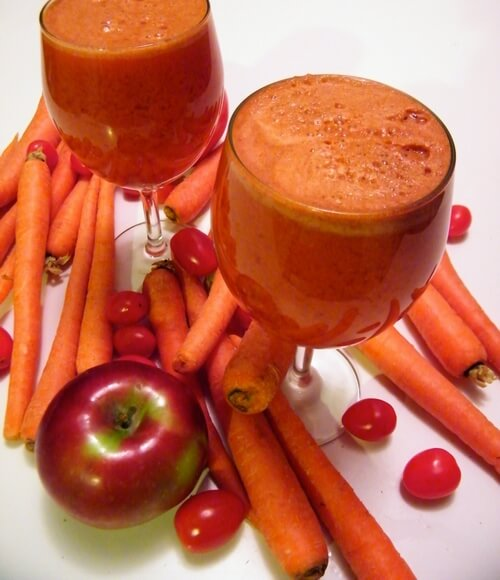 Smoothie tomate, pomme et carottes pour commencer la journée avec l'énergie
