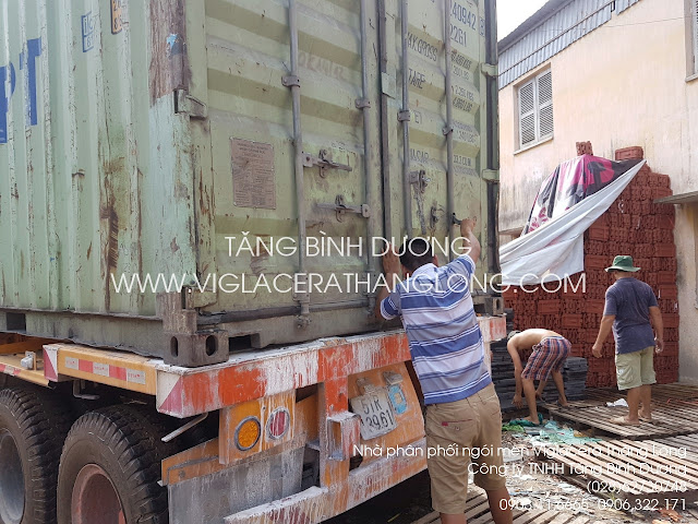 Một container chuẩn bị xuống hàng ngói Viglacera Thăng Long