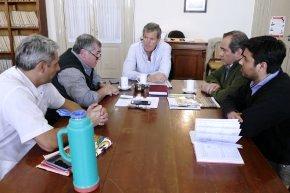 Se llevó a cabo en el recinto del Concejo Deliberante una reunión entre los integrantes de la Comisión de Salud Pública y Medio Ambiente con directivos del Hospital Municipal Dr. Ángel Pintos para abordar diversas problemáticas que atraviesa el nosocomio