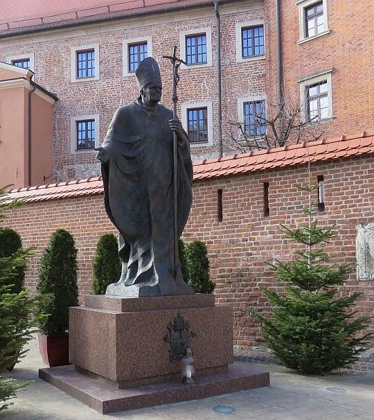 Pomnik Jana Pawła II przed Katedrą Wawelską.