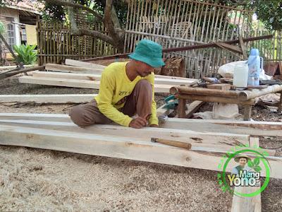 FOTO 8: Pembuatan kontruksi kayu   warung benih MANGYONO.com dan lumbung padi