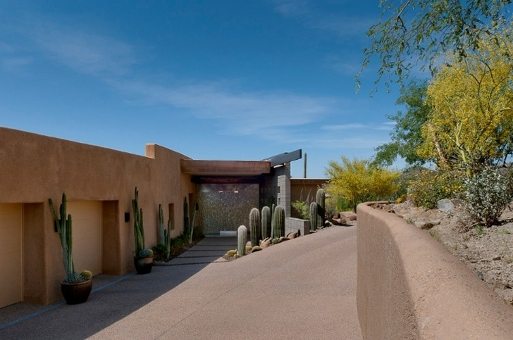 Driveway to the Modern desert home by Tate Studio