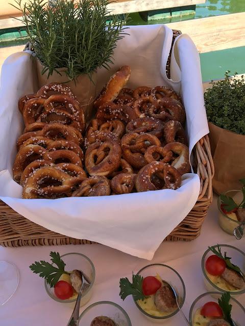 Bavarian snacks and pretzels, Shades of pink, weddings abroard, mountain wedding at the lake, wedding, Bavaria, Germany, Garmisch, Riessersee Hotel, getting married in Bavaria, wedding planner Uschi Glas