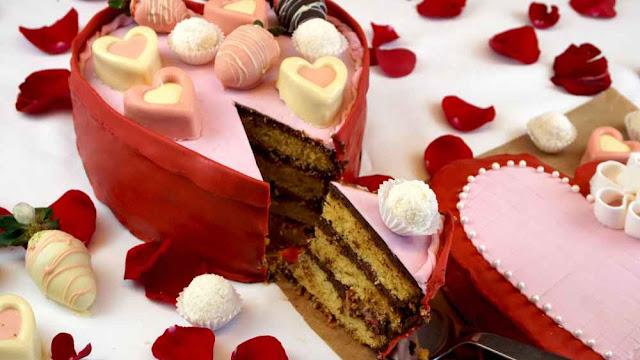 Cortando tarta de San Valentín