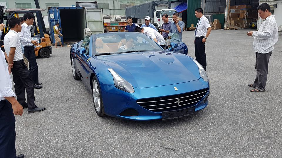 Siêu xe Ferrari California T thứ hai tiếp tục cập bến Hà Nội