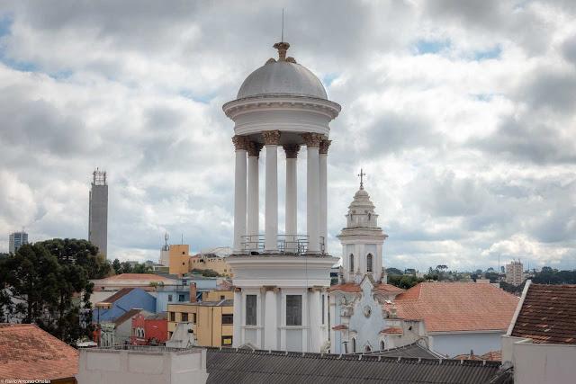O tholos na torre da Igreja Presbiteriana Independente visto do Mirante Marumbi