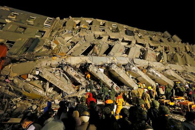 Um terremoto de magnitude 6,4 graus na escala Richter atingiu o sul da ilha de Taiwan na madrugada deste sábado (06/02), deixando pelo menos 14 mortos, 484 feridos e cerca de 156 pessoas desaparecidas. O tremor teve epicentro na cidade de Meinung, mas prejudicou especialmente a cidade de Tainan, derrubando 14 edifícios e danificando outros. A maioria das vítimas estava no edifício de 17 andares Wei Kunan. Até o momento, 258 pessoas foram resgatadas. Além disso, o terremoto deixou 168 mil casas sem energia elétrica e 40 mil sem água. Ainda há risco de escape de gás e interrupção da eletricidade em outras regiões da cidade. O presidente taiuanês, Ma Ying-jeou, e o primeiro-ministro, Chang São-cheng, foram a Tainan para acompanhar de perto as operações de resgate, além de mostrar solidariedade às vítimas.