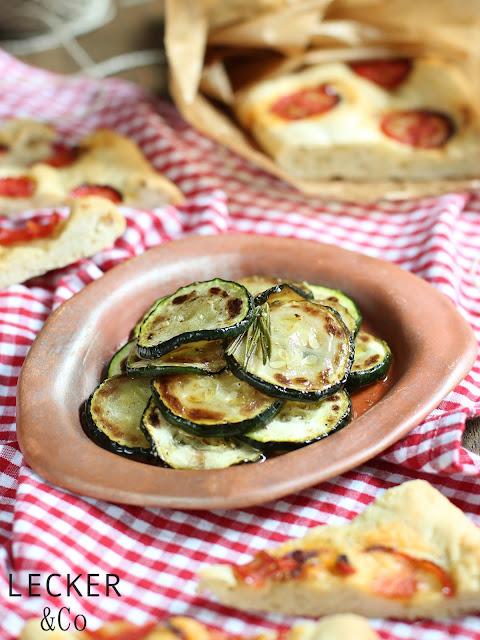 Zucchini, Anti pasti, vorspeise, gemüse, beilagengemüse, zucchini gebraten, gebratene zucchini, vegan, vegetarisch, rezept, foodblogger, leckerundco, LECKER&Co, lecker und co, blogger, foodblog, rezept, zucchini rezept, vorspeise, zucchini vorspeise