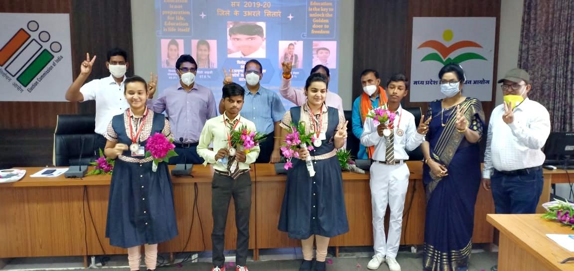 Jhabua News- प्रावीण्य सूची में आने वाले विद्यार्थियों को किया गया सम्मानित
