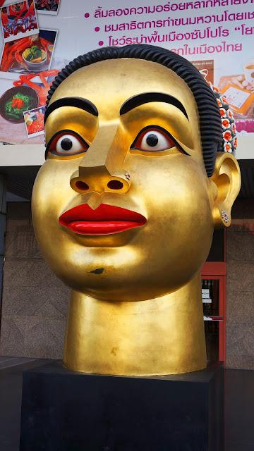 Изображение золочёной головы в Бангкоке на улице