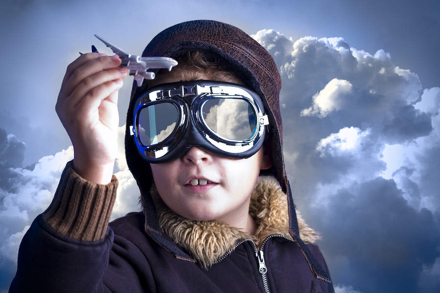 Enfant qui rêve de devenir pilote d'avion.