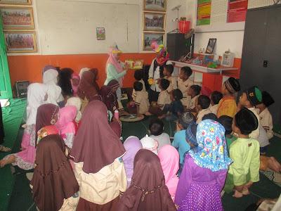 Anak-Anak SD Juara Cilegon Mendengarkan Dongeng Si Capung  yang disampaikan oleh Ibu Tati Rahmawati dan Ibu Isma