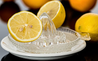Limón exprimido y agua