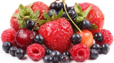 Por quê consumir frutas vermelhas?  As frutas vermelhas são as pequenas notáveis da natureza: cuidam dos cabelos, emagrecem, rejuvenescem, previnem doenças e ainda por cima são deliciosas! São excelentes antioxidantes (previnem o envelhecimento precoce), e são ricas em vitamina B, que ajuda no funcionamento das células.  Elas proporcionam energia, brilho aos cabelos, renovam a pele e fortalecem as unhas. Também são ricas em ferro, fósforo, cálcio, outros minerais e nutrientes que juntos combatem a anemia, doenças do coração, reduzem o açúcar no sangue, o colesterol ruim, auxiliam no processo de cicatrização e melhoram o trânsito intestinal. Além disso, ainda estão sendo estudadas no combate ao câncer de próstata.  Estas frutas também se caracterizam pela baixa quantidade de calorias, elevado teor de água e bom teor de fibras. Dentre as fibras presentes nas frutas vermelhas podemos destacar as pectinas. Essa substância tem o poder de regular o peristaltismo intestinal, auxiliando os músculos digestivos a trabalharem melhor e maximizando a absorção de vitaminas hidrossolúveis pelo nosso organismo. Entre essas vitaminas estão as C, B1, B2, B6 e B12.  Como se não bastassem todos os benefícios que essas frutas trazem para a nossa saúde, também existem os benefícios estéticos. Além de serem ricas em vitaminas, as frutas vermelhas nos proporcionam energia, brilho e maciez aos nossos cabelos, contribuem no rejuvenescimento da pele e também no fortalecimento das unhas.